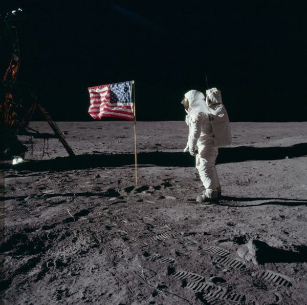 nasa-released-10000-new-photos-from-the-moon-22