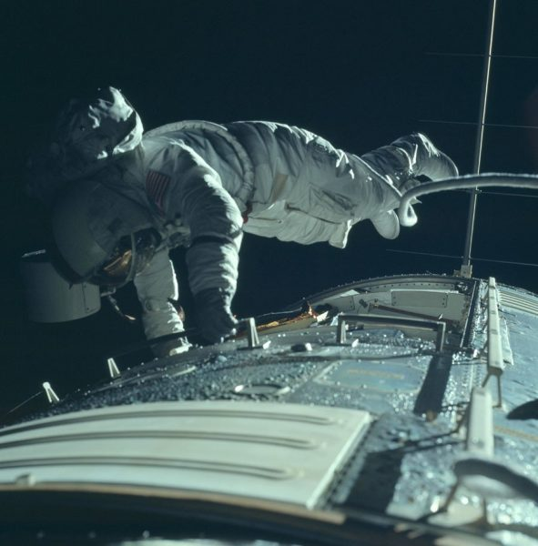 nasa-released-10000-new-photos-from-the-moon-34